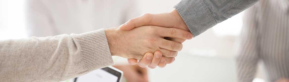 imagem de duas pessoas apertando as maos para ilustrar conteudo sobre acordo trabalhista da coluna exame do dr marcelo mascaro