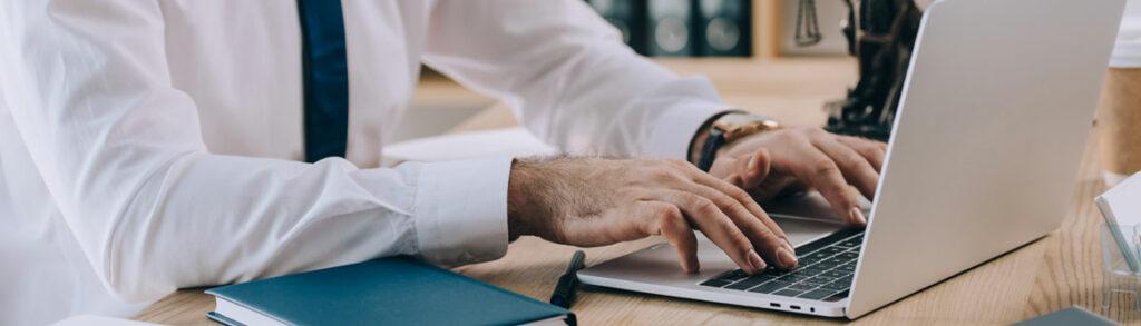 parecer juridico trabalhista imagem de um homem em seu escritorio digitando em um computador