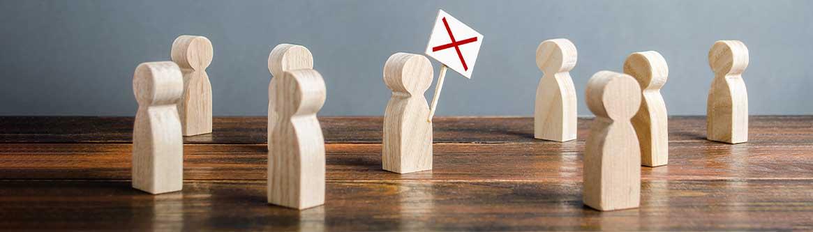 na imagem há varias silhuetas em madeira para ilustrar conteudo sobre as consequencias de liderar paralisacao sem o sindicato greve dos trabalhadores