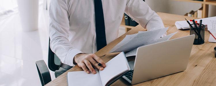 parecer juridico como fazer imagem de um advogado em frente ao computador analisando documentos