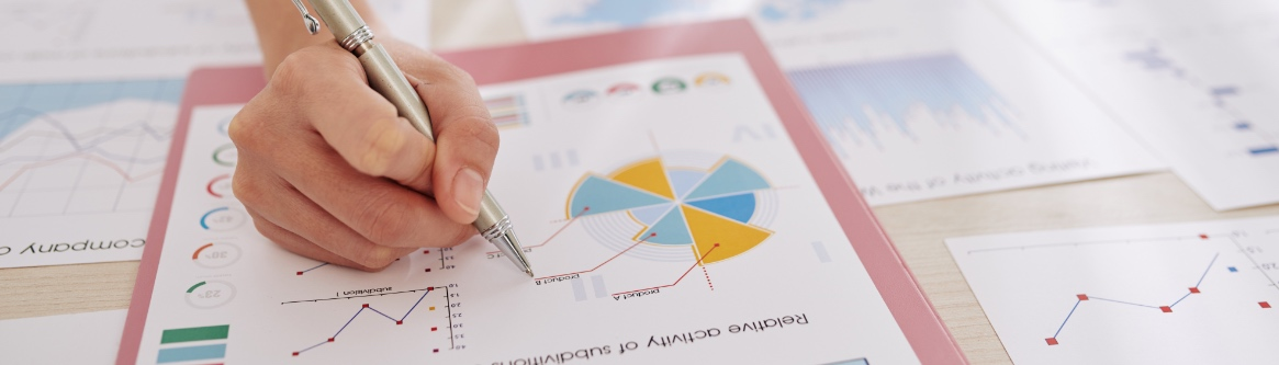 imagem de mao segurando uma caneta em cima de um gráfico no papel para ilustrar conteudo sobreaccountability: conceito e importância para o cenário atual